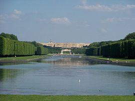 Chateau_Versailles_and_the_Grand_Canal_(Photo,_13-06-2010).jpeg